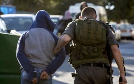 Israeli soldier abducting teen (archive photo)