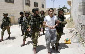 Israeli troops abduct Palestinian man in Hebron (PCHR photo)