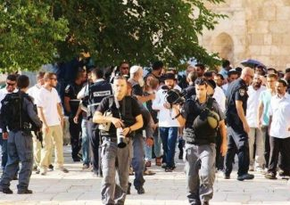 Settlers invading al-Aqsa (image by Ma'an news)