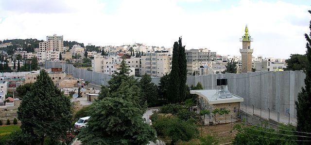 Wall between Abu Dis and Jerusalem (image by wikimedia)