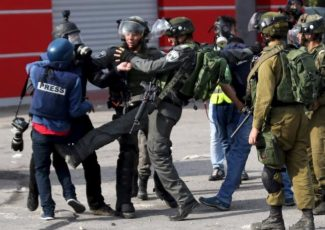 Israeli soldiers attack journalist (image from Khabr Press)