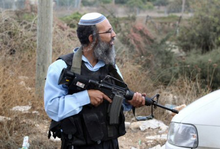 Armed Settlers Attack Man, Abduct his 2 Sons near Ramallah