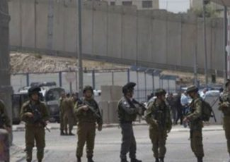 Israeli soldiers stand near the Israeli Annexation Wall (archive image)