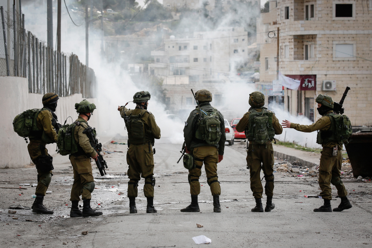 Palestinians clash with Israeli soldiers in Al-Fawwar refugee camp, south of the West Bank city of Hebron, December 31, 2017. (Wisam Hashlamoun/Flash90)