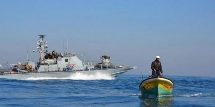Israeli naval boat and Palestinian fishing boat (archive image - source:daysofpalestine.ps)